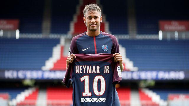 Neymar pose avec le maillot du PSG